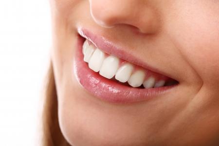 labios sensuales: Sonrisa hermosa de cerca con los dientes perfectamente blancos