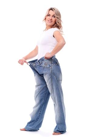 gordo y flaco: Feliz mujer de mediana edad con grandes pantalones despu�s de perder peso