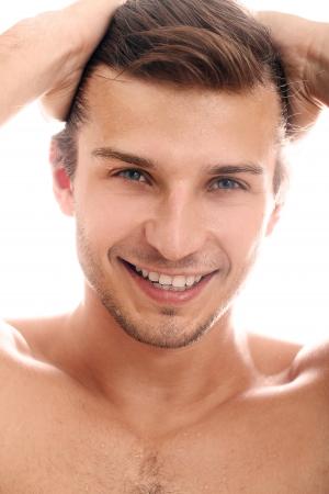 viso uomo: Faccia uomo affascinante e bello da vicino su uno sfondo bianco