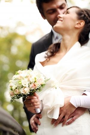 casados: Primer plano de la hermosa novia y el novio felices en parque del oto�o
