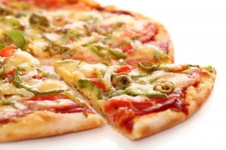 jamon y queso: Imagen de la pizza italiana fresca aislado sobre fondo blanco Foto de archivo