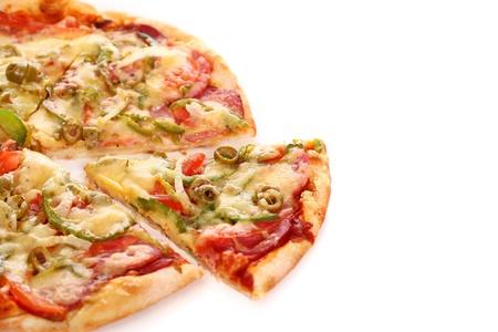 rebanada de pizza: Imagen de la pizza italiana fresca aislado sobre fondo blanco Foto de archivo