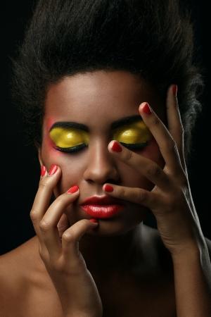 lip shine: Bella donna di colore con il trucco lucido isolato su sfondo nero