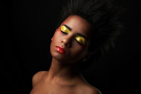 red lips: Mujer hermosa con maquillaje negro brillante aislado sobre fondo negro