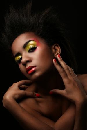 labios rojos: Mujer hermosa con maquillaje negro brillante aislado sobre fondo negro