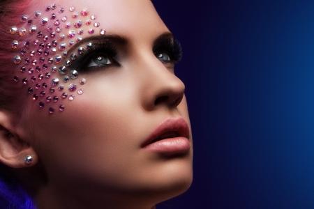 maquillaje de fantasia: Mujer hermosa con maquillaje de fantasía sobre un fondo azul Foto de archivo
