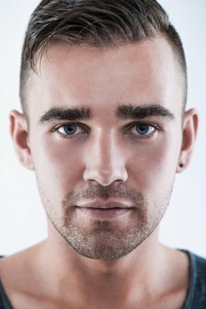 beaux yeux: Un portrait en gros plan d'un bel homme avec de beaux yeux