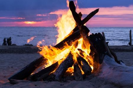 ビーチで焚き火を燃える 写真素材