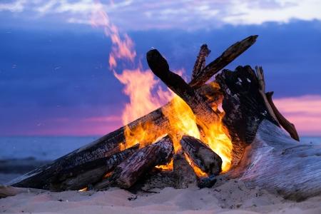 해변에서 모닥불 타오르는