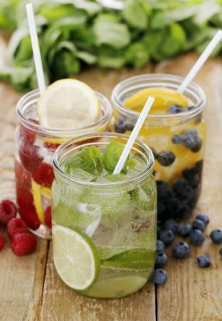 bebidas frias: Tres diferentes bebidas fr�as con la paja en una mesa de madera