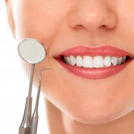 caries dental: Una mujer est� sonriendo mientras est� en el dentista