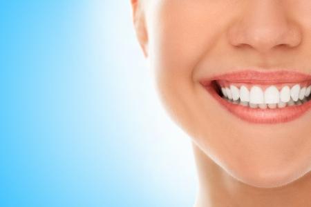 Een vrouw lacht terwijl ze bij de tandarts
