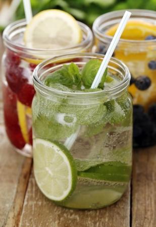 bebidas frias: Tres bebidas fr�as diferentes con la paja en una mesa de madera Foto de archivo