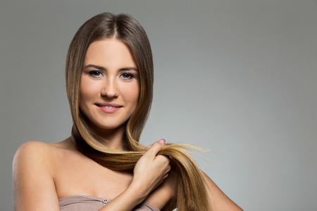pelo castaño claro: Mujer linda con el pelo largo