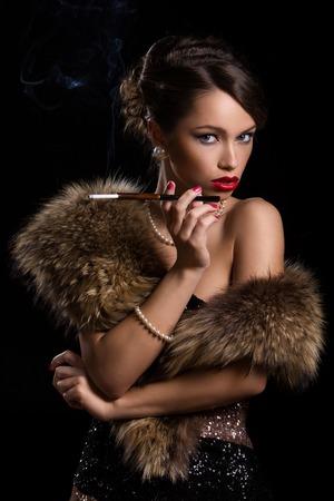 lips red: Vintage Mujer magnífica, retro con un cigarrillo