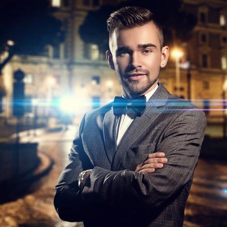 Мода, роскошь Джентльмен в черном костюме на улице Фото со стока