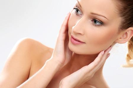 cuerpo perfecto femenino: Linda chica con la piel perfecta y hermosa cara