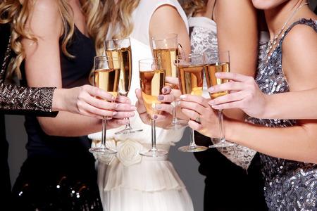 fiesta amigos: Mejores amigos tienen nuevo partido de la celebraci�n del a�o Foto de archivo