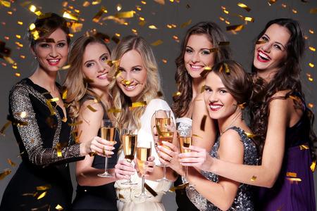 Ragazze con un bicchiere di champagne nuovo anno si incontrano