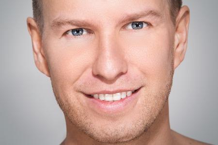carita feliz: Hombre hermoso con la cara feliz