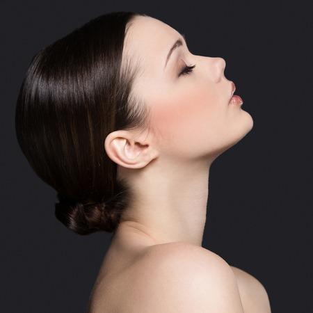 회색 배경에 귀여운, 매력적인 여자