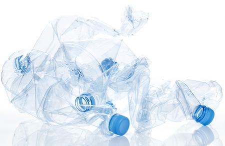 contaminacion del agua: Botella de agua de Utilización vacío, aplastado aislado en blanco Foto de archivo