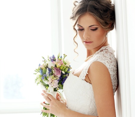 花束との結婚式の美しい花嫁