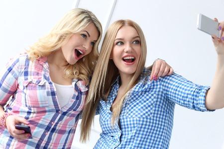 Zwei beste Freunde mit Handy Standard-Bild