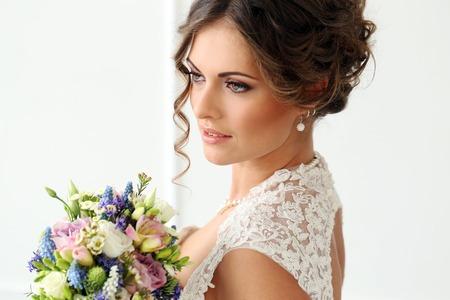 Hochzeit Attraktive Braut mit Blumenstrauß Standard-Bild