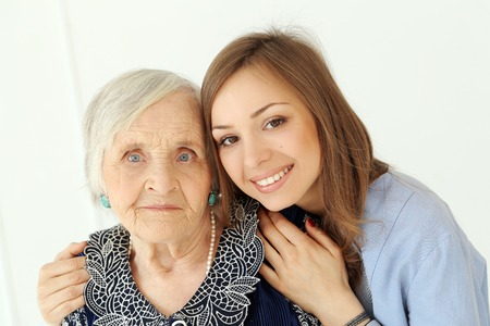 Close-up der älteren Frau und schöne Enkelin mit breiten Lächeln