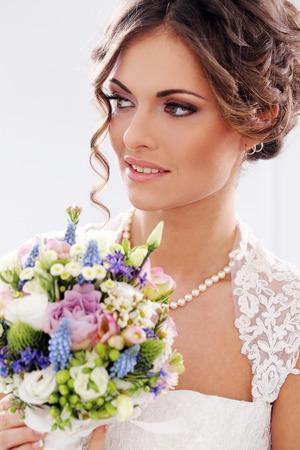 hochzeitsfrisur: Hochzeit Attraktive Braut mit Blumenstrau� Lizenzfreie Bilder