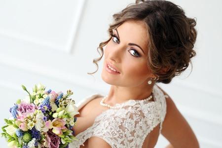 結婚式の花束を持つ魅力的な花嫁 写真素材