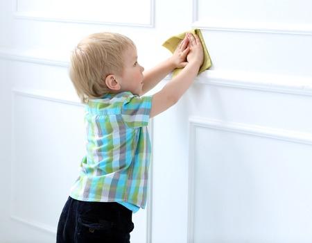 Nettes Kind helfen, mit Reinigungs Standard-Bild - 28664895