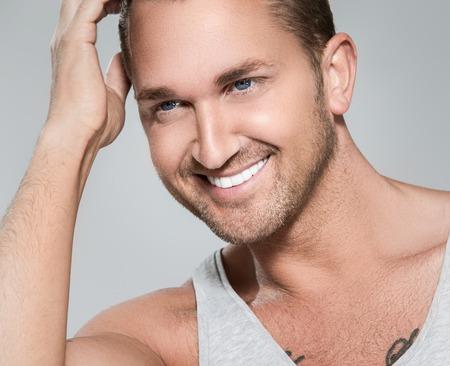 gay men: Hombre atractivo, guapo, con cara bonita