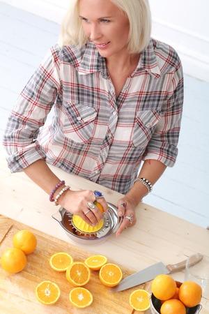 food woman: Alimentation Femme faire du jus d'orange