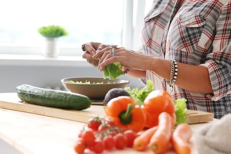 food woman: Alimentation Femme faisant salade Banque d'images