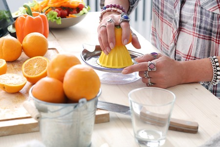 food woman: Alimentation Femme faisant le jus d'orange