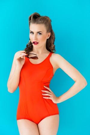 Pinup, Sommer Attraktive Frau im roten Badeanzug Standard-Bild