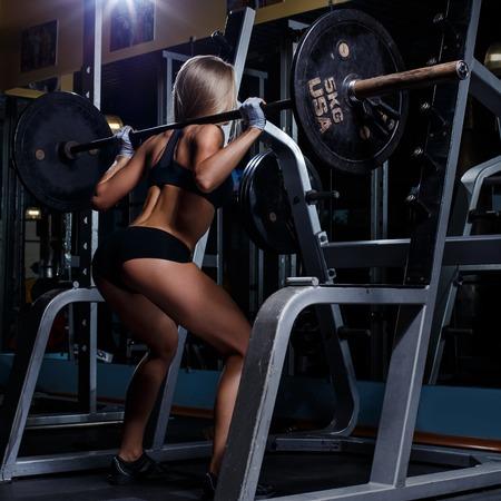 culturista: Deporte, culturismo Atractiva mujer en el gimnasio
