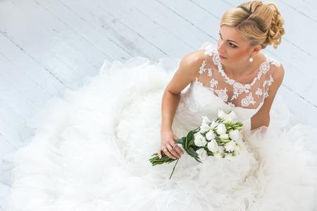ブーケを結婚式の魅力的な花嫁 写真素材