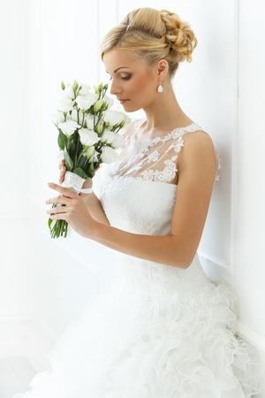 Hochzeit Attraktive Braut mit schönen Blumenstrauß
