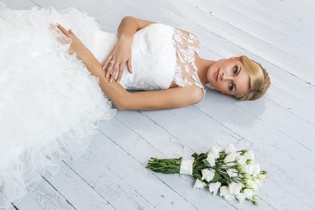 Hochzeit Attraktive Braut mit schönen Blumenstrauß Standard-Bild - 30272434