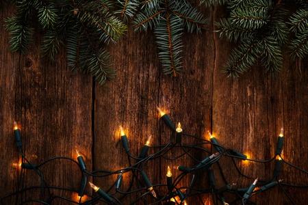 atmosfera: Navidad, Año Nuevo. Abeto con guirnalda sobre una mesa de madera