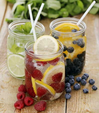 bebidas frias: Tres bebidas fr�as diferentes con paja en una mesa de madera
