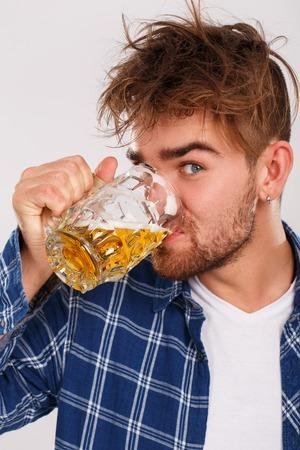 ojos azules: El alcohol, los problemas. Alcohólica joven con la cerveza