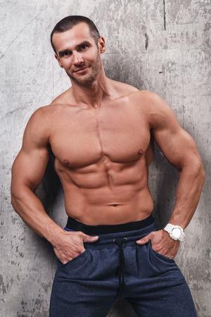 nudo maschile: Fitness. Uomo bello con corpo perfetto