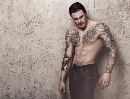 m�nner nackt: T�towierte Mann mit perfekten K�rper Lizenzfreie Bilder
