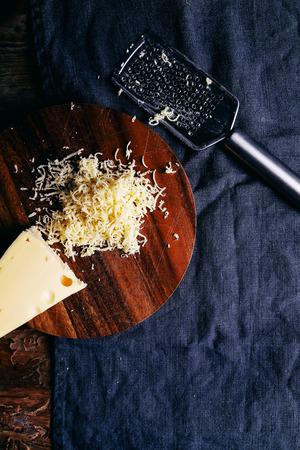 queso rallado: Delicioso queso en la mesa Foto de archivo