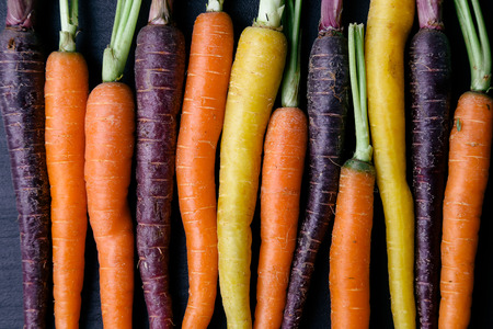 marchewka: Żywności. Pyszne marchewki na drewnianym stole