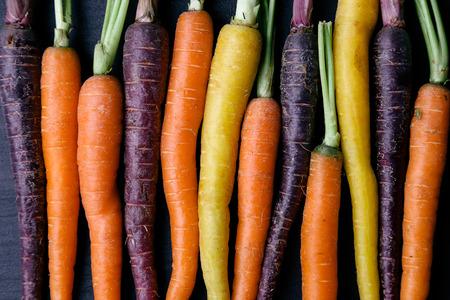 Lebensmittel. Leckere Karotten auf den Holztisch Standard-Bild